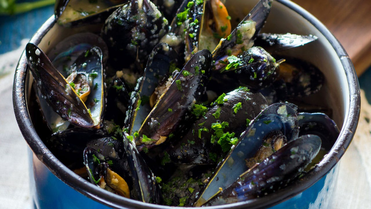 Steamed Mussels in White Wine Sauce Image